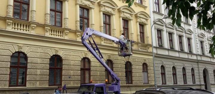 Mytí a čištění fasády z montážní plošiny Praha